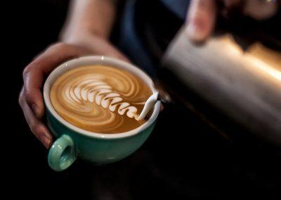 latte art barista_espresso_cafe_reunion_tamping_laurina